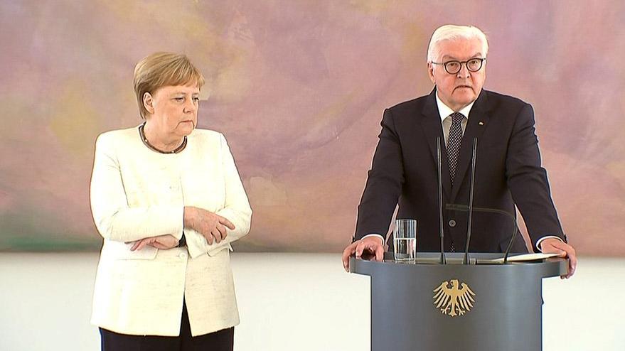 Merkel korkuttu... Haftalar sonra yine titreme krizine girdi