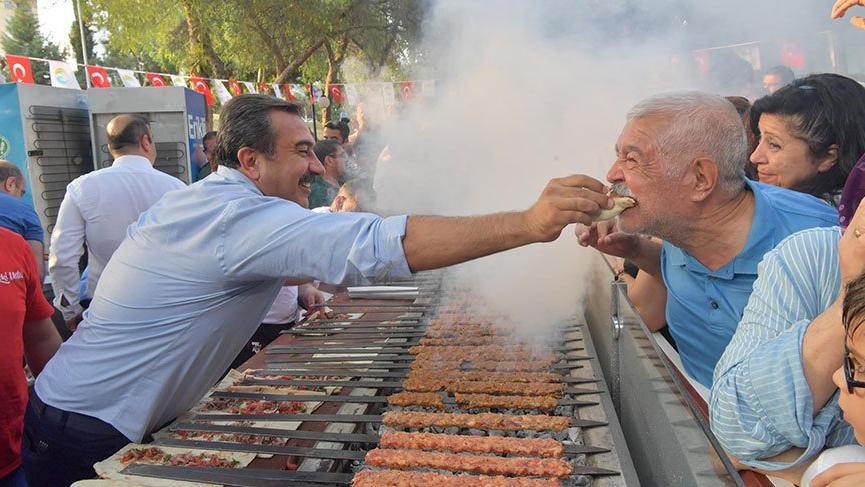 İmamoğlu'nun zaferi Adana'da mangal partisi ile kutlandı