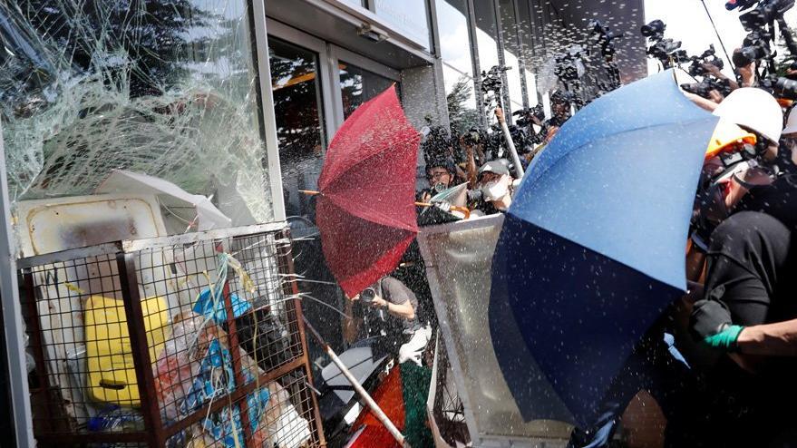 Hong Kong yine karıştı: Göstericiler ile polis çatıştı