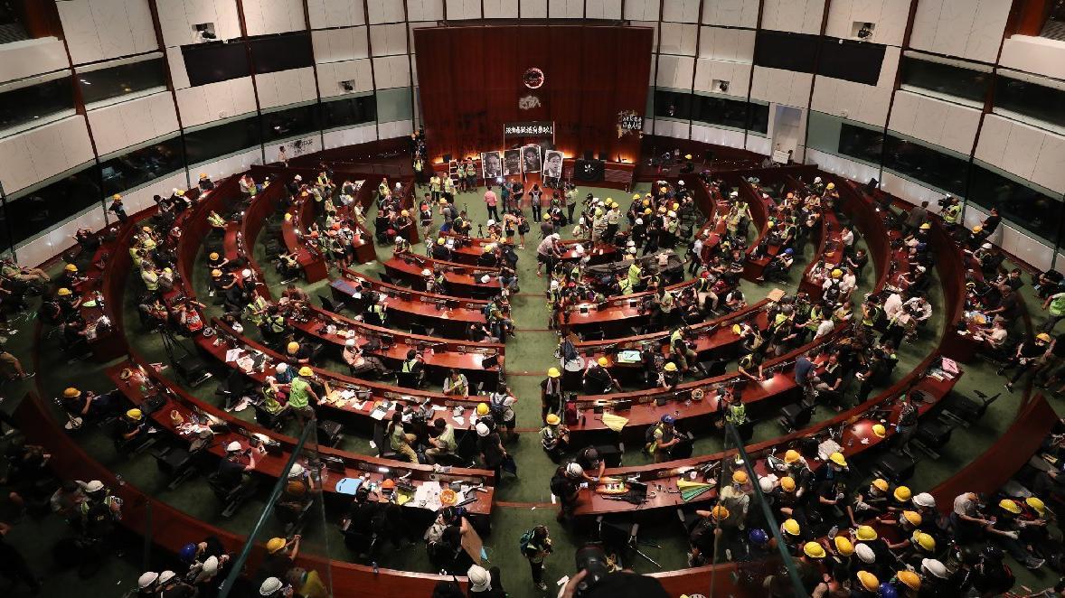 Göstericiler Meclis'i bastı, Özerk Yönetim'den sert tepki