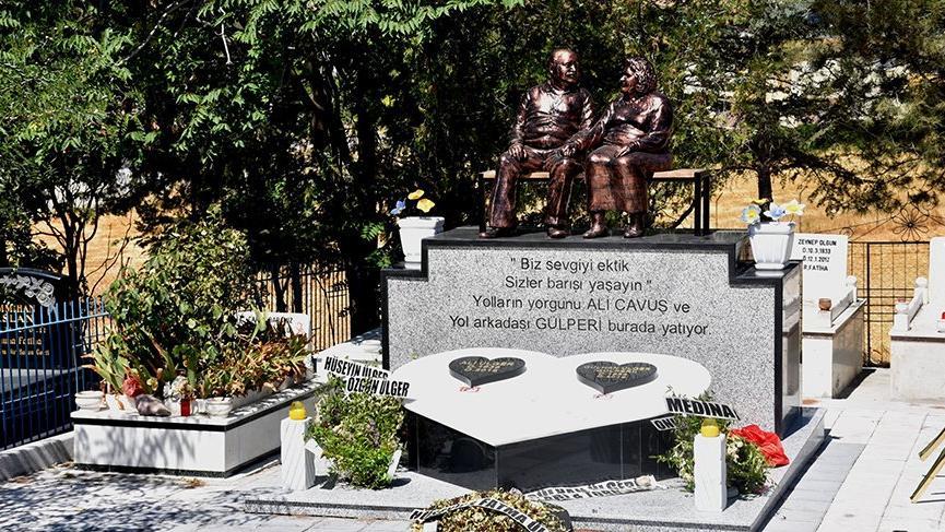 Peş peşe ölen, yan yana gömülen çiftin mezarlarının başına heykelleri dikildi