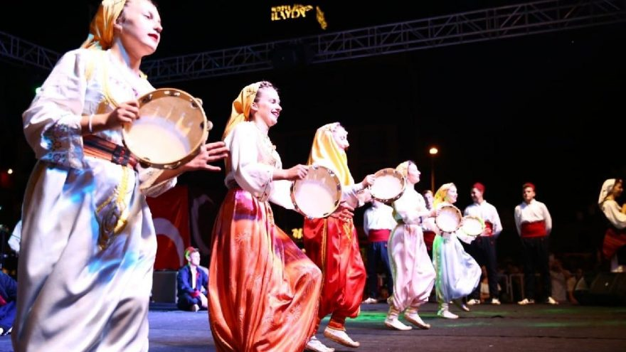 Kuşadası'nda Makedonya ve Rumeli Göçmenleri Folklor Festivali coşkusu