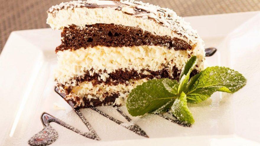 Çikolatalı hindistan cevizli pasta nasıl yapılır? İşte pratik çikolatalı hindistan cevzili pasta tarifi…