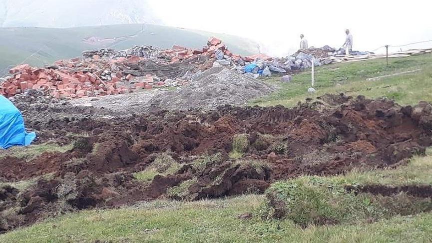 Gümüşhane'de yaylalardaki kaçak yapıların yıkımında arbede çıktı