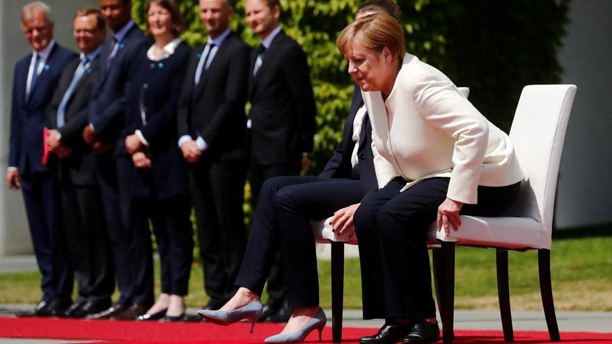 Son dakika… Titreyen Merkel'e çözüm: Sandalyeye oturttular