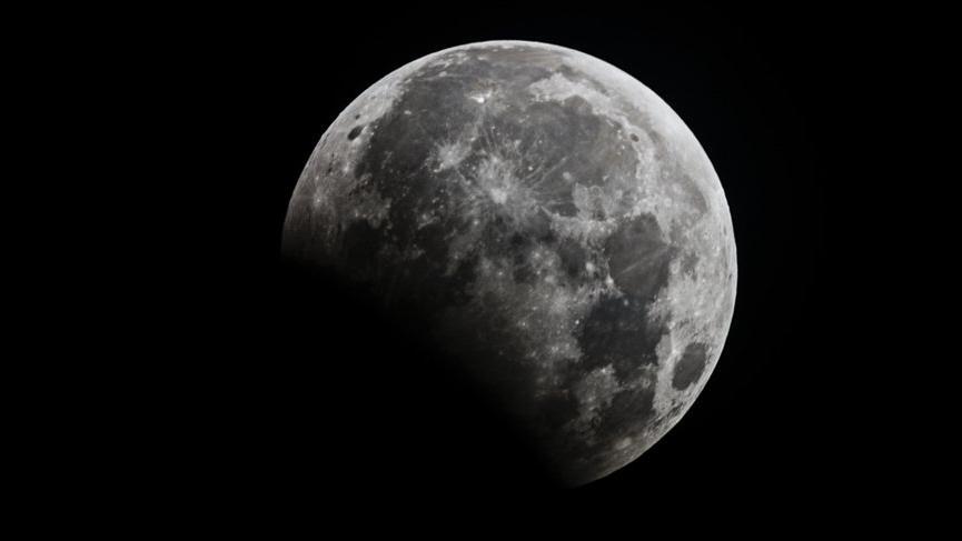 Oğlak burcunda Plütonik parçalı Ay Tutulması