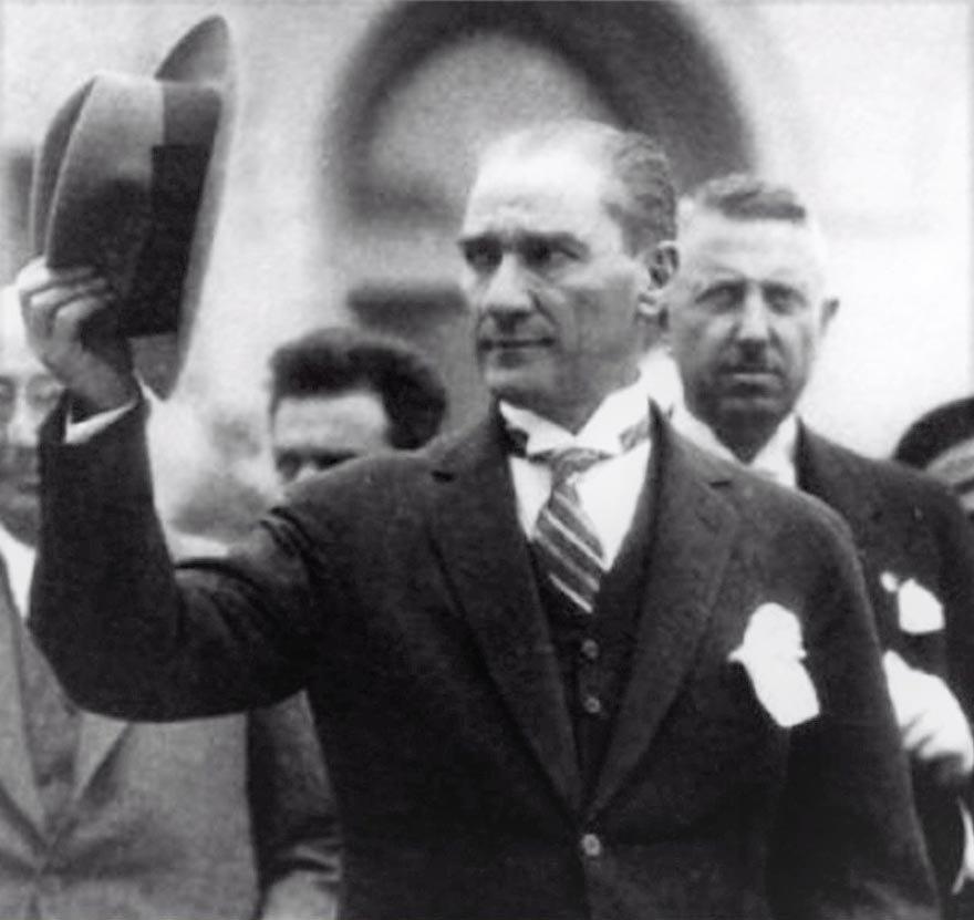 """Atatürk, şapka devrimi hakkında halka bilgi vermek, halkla konuşmak için 23 Ağustos 1925'te Kastamonu ve İnebolu gezilerine çıktı. 30 Ağustos 1925'te Kastamonu'da yaptığı konuşmada, """"Efendiler, ey millet! İyi biliniz ki, Türkiye Cumhuriyeti şeyhler, dervişler, müritler, mensuplar memleketi olamaz. En doğru ve en gerçek tarikat medeniyet tarikatıdır"""" dedi. (Foto: Atatürk, 1 Eylül 1925'te Ankara'ya dönerken.) ile ilgili görsel sonucu"""