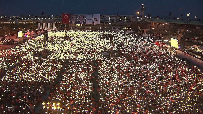 Vatandaşlar Atatürk Havalimanı'ndaki 15 Temmuz anma törenine akın etti!