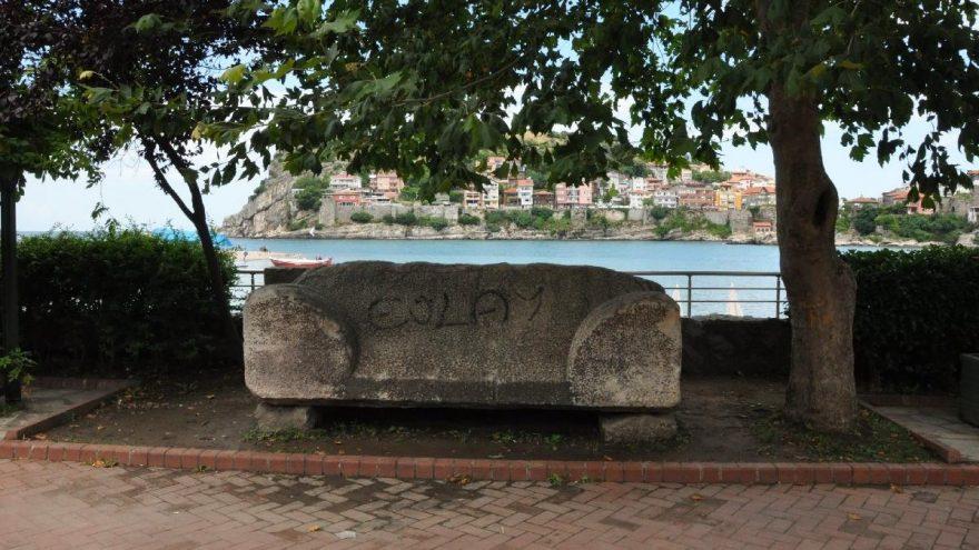 3 bin yıllık lahit kapağına spreyle yazı yazıldı
