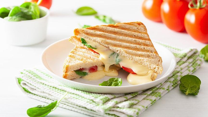 Domatesli karışık tost nasıl yapılır? İşte domatesli karışık tost tarifi…