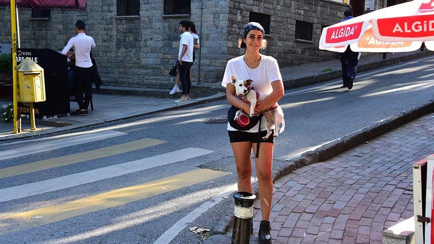 Asena Tuğal köpeğiyle taksi bekledi