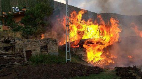 Erzurum'daki yangında 3 ev ile 9 ahır yandı!