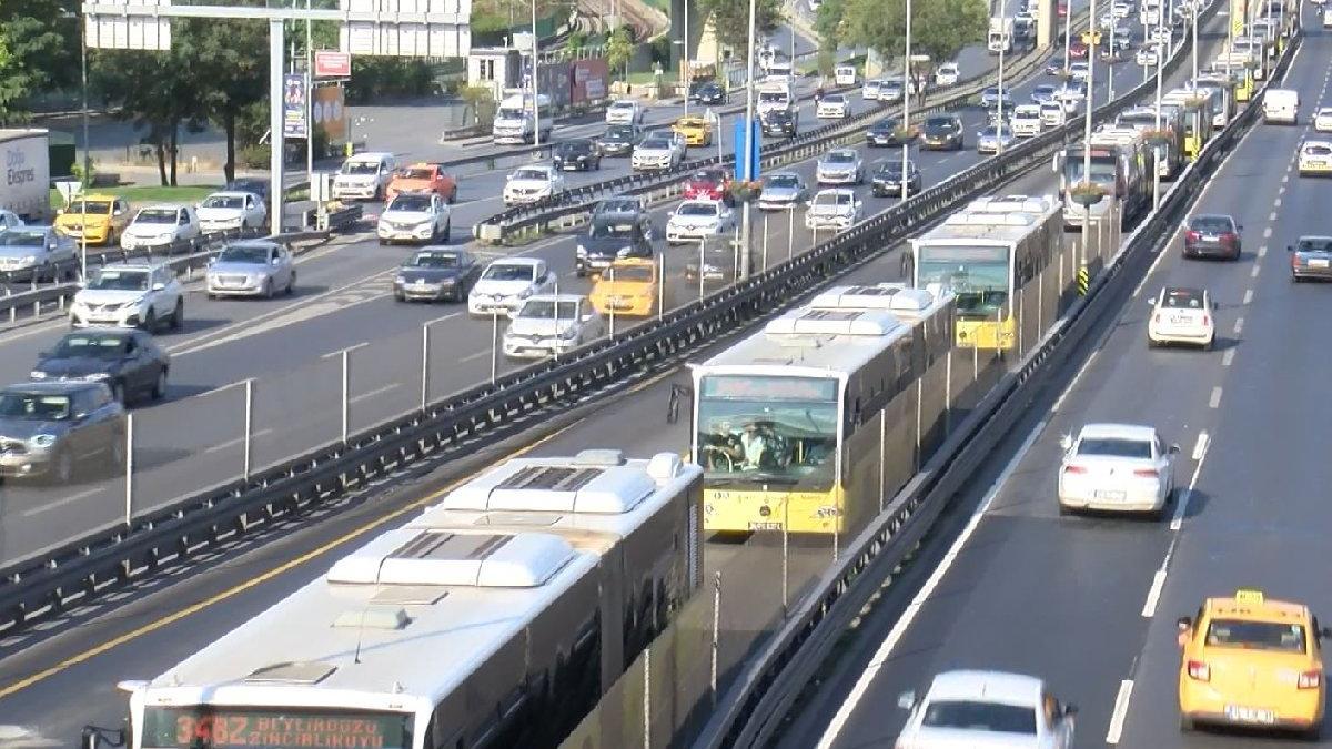 İstanbul'da metrobüs arızalandı: Uzun kuyruklar oluştu