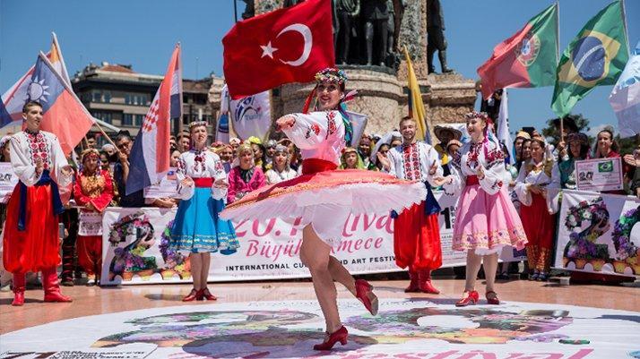 Taksim Meydanı uzun zamandır böyle renkli gözükmemişti