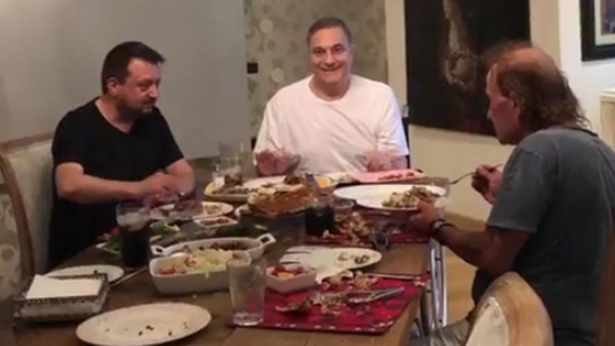 Mehmet Ali Erbil'in neşeli akşam yemeği
