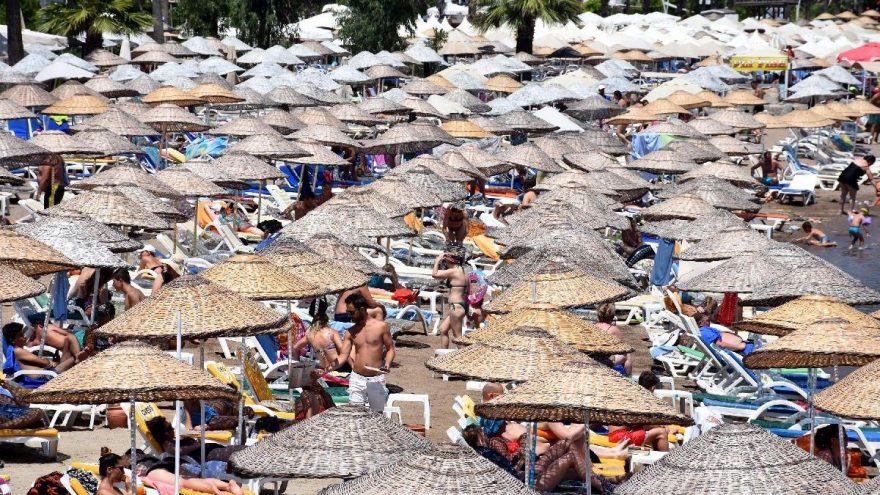 Marmaris'te sokaklar boşaldı, plajlar doldu