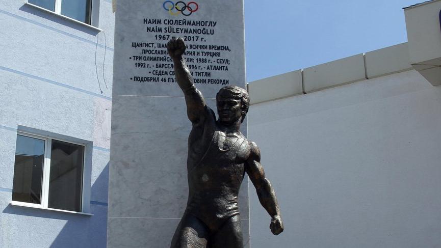 Naim Süleymanoğlu'nun heykeli Bulgaristan'ın Mestanlı kasabasına dikildi