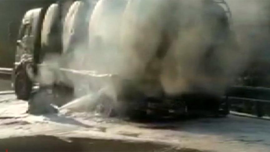 Bariyerlere çarpan tanker yandı, alevler ormanlık alana sıçradı