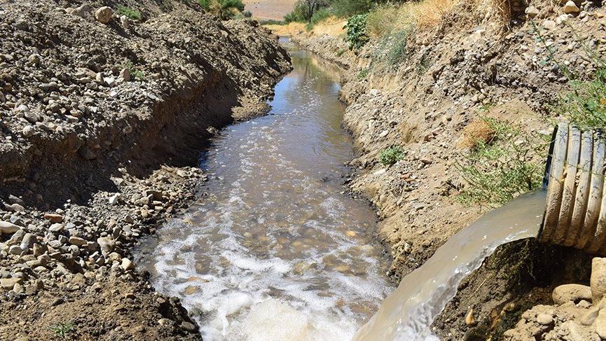 6 köyün sulama yaptığı derede pis koku isyanı