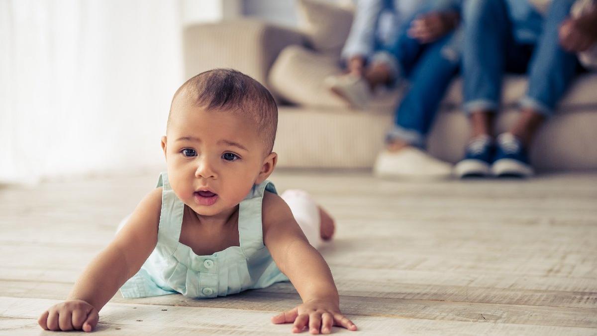 Bebekler emeklemeye hangi dönemde başlar?