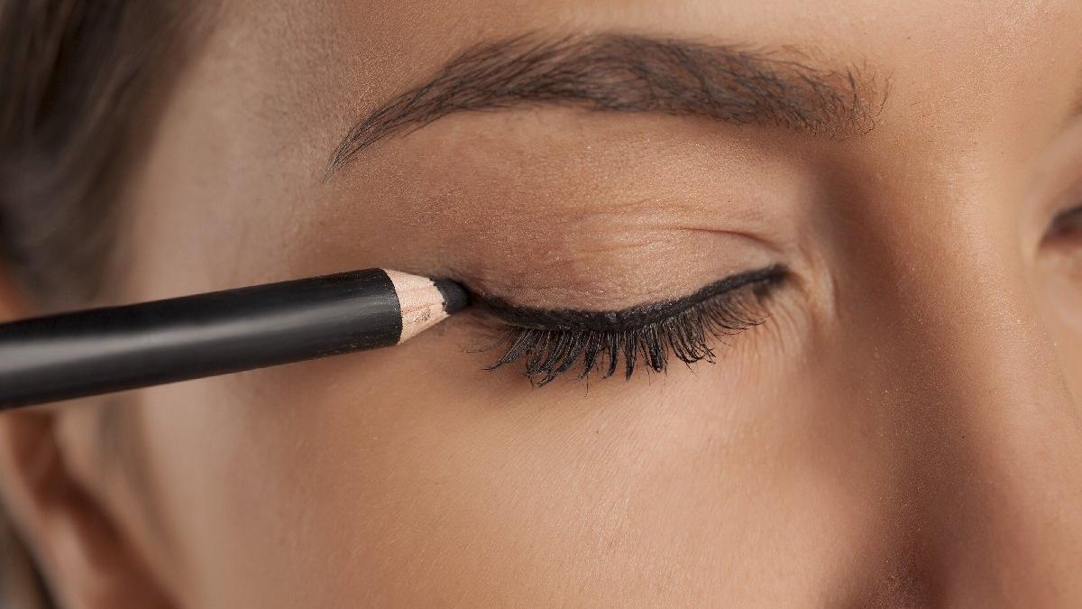 Güzel ve etkileyici eyeliner çekimi nasıl sürülür?
