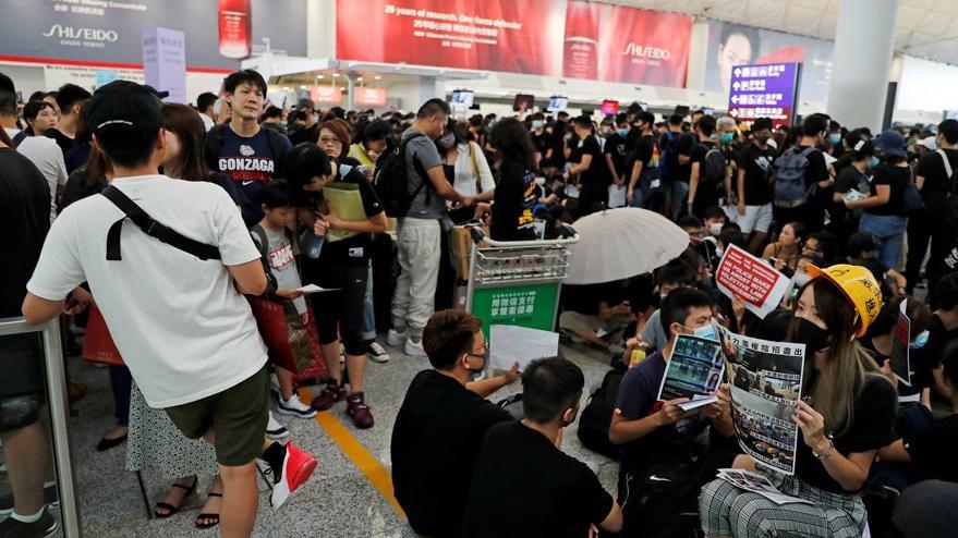 Protestocular havalimanına girdi: Uçuşlar iptal