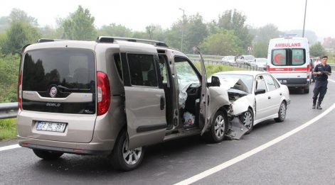 TEM'de otomobiller kafa kafaya çarpıştı: 8 yaralı