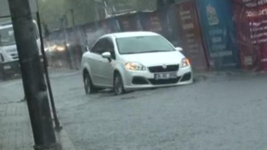 İstanbul sağanak yağmura teslim: Toplu taşıma durdu, trafik felç