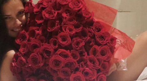 Adriana Lima'yı özel hissettiren güller!