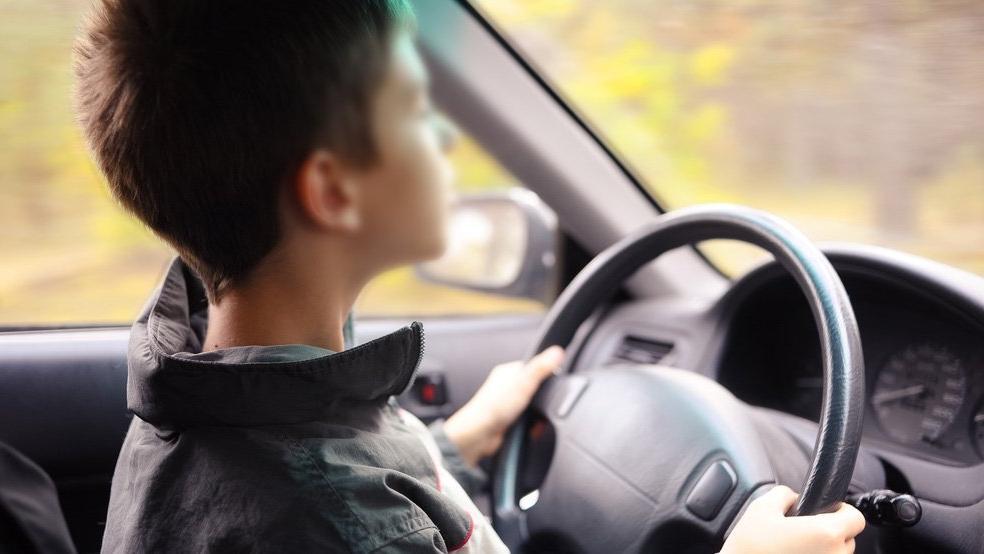8 yaşındaki çocuk ailesinin arabasını kaçırıp otobanda 140 km hız yaptı