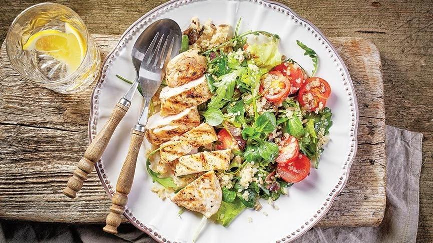 Lezzetli ve hafif tavuk salatası nasıl yapılır?