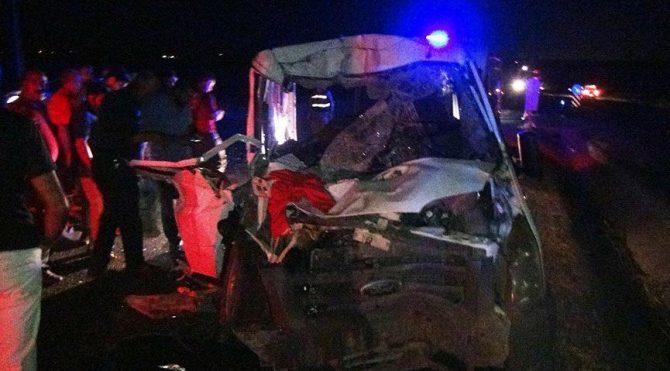 Minibüs ile kamyon çarpıştı: 4 ağır 3'ü çocuk 8 yaralı
