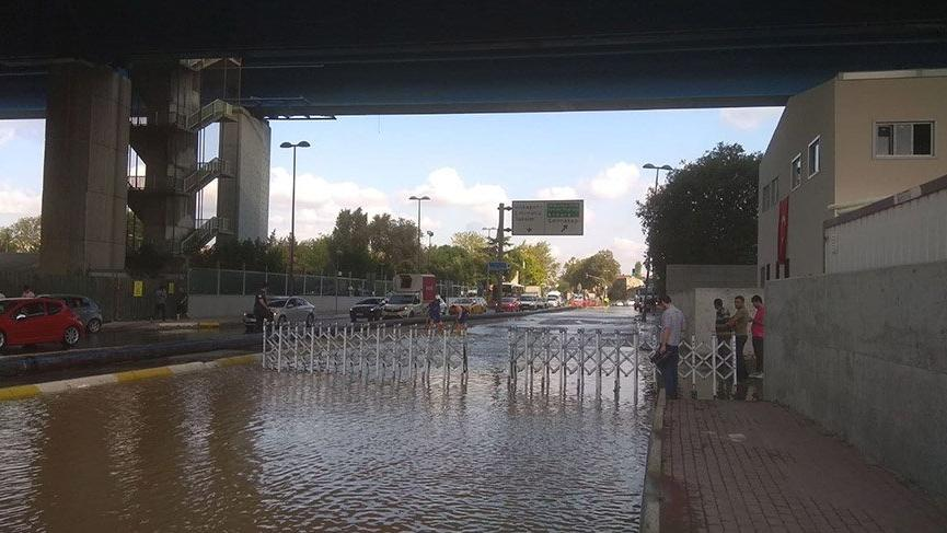 Haliç Köprüsü altında su borusu patladı, yol sular altında kaldı
