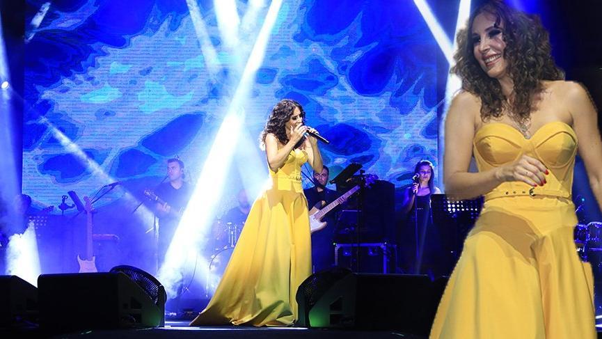 Funda Arar'dan sahnede minik hayranına jest