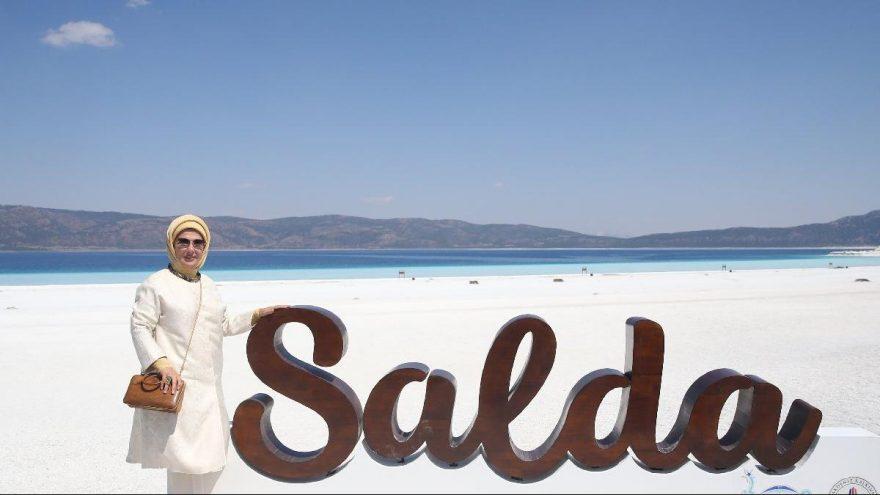 Emine Erdoğan, Salda Gölü'nü gezip çalışmalar hakkında bilgi aldı