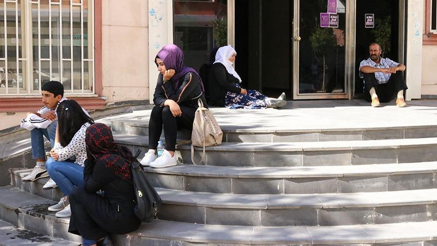 Çocuklarının dağa kaçırıldığını iddia eden aile, HDP önünde oturma eylemi başlattı