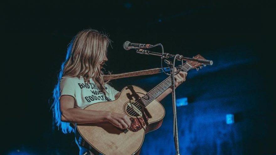 Country şarkıcısı Kylie Rae Harris trafik kazasında hayatını kaybetti