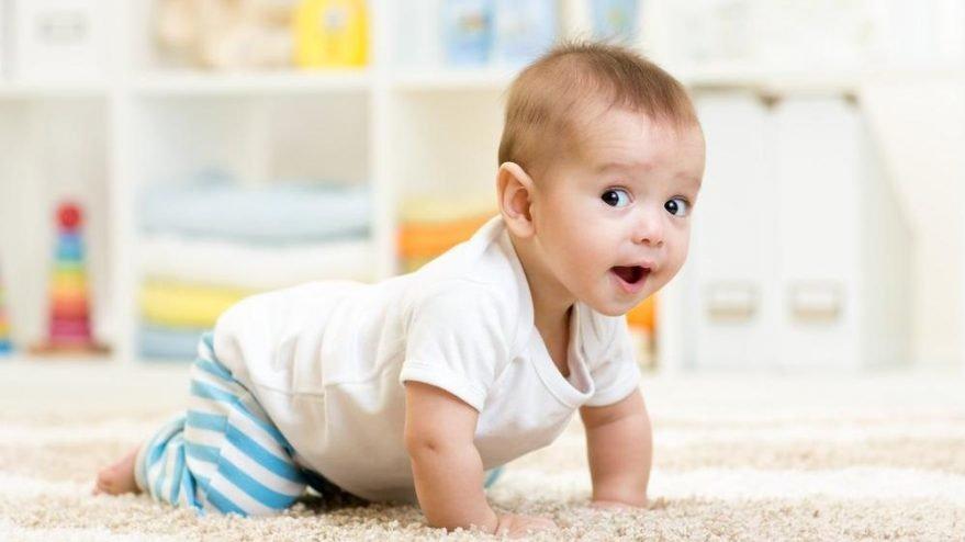 Bebekler emeklemeye hangi dönemde başlar? İlk emekleme ne zaman?