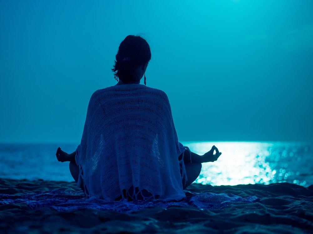 Ruhumuzu rahatlatmak için yoga, meditasyon, manevi veya spiritüel konulara eğilebiliriz.