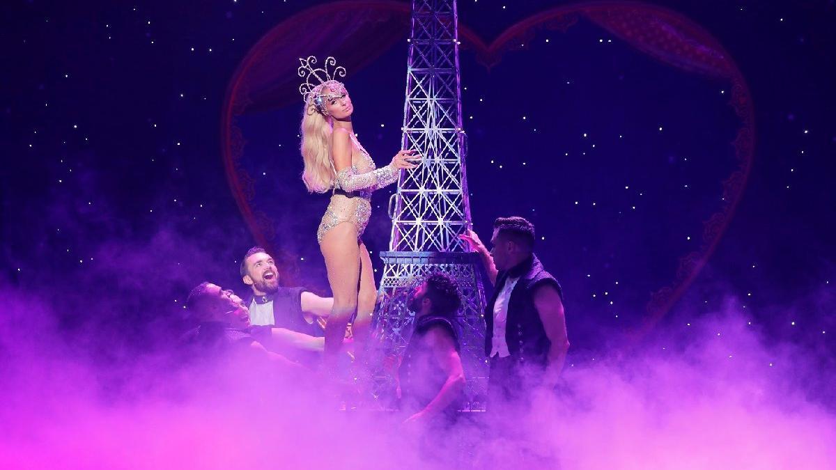 Paris Hilton New York Fashion Week'teki dansıyla dikkat çekti