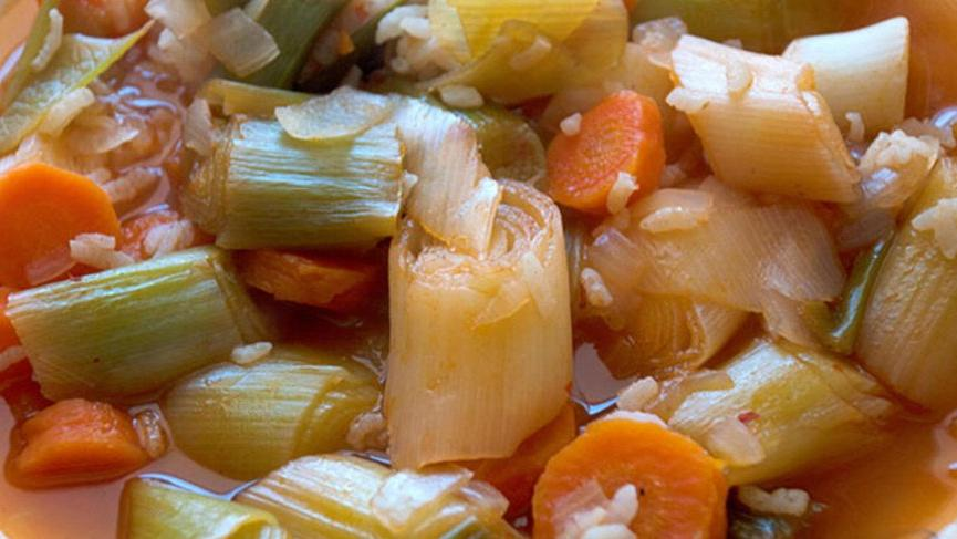 Zeytinyağlı pırasa tarifi: Pratik ve sağlık deposu pırasa yemeği nasıl yapılır?