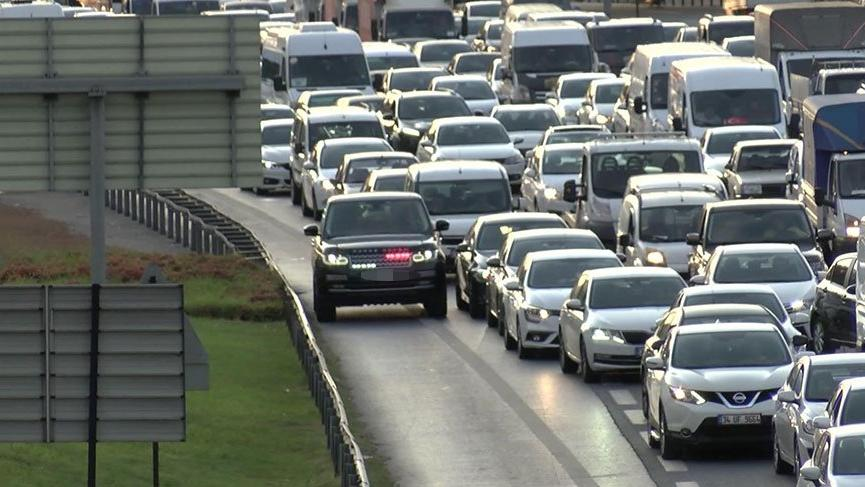 Trafik arttı çakarlılar yine emniyet şeridinde