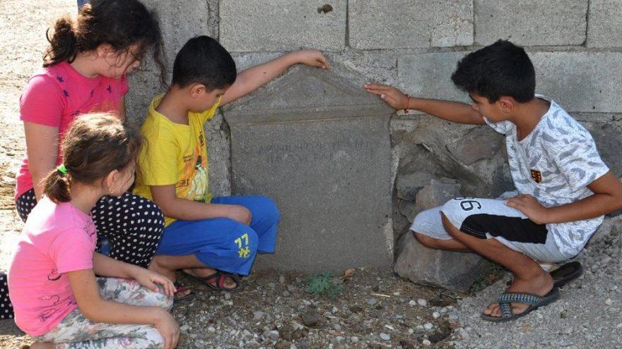Geç Roma Dönemi'ne ait mezar taşı bahçe duvarından çıktı!