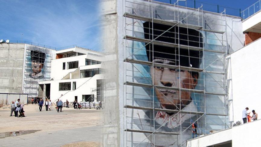 Belediyenin duvarına İzmir Marşı eşliğinde dev Atatürk portresi çizimi