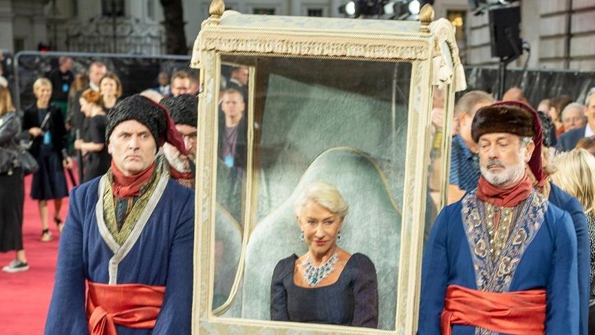 Helen Mirren Catherine the Great dizisinin galasına tahtla geldi