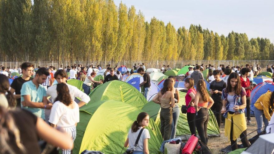 İptal kararı mahkemeden dönen festivalin ilk gününde 20 bin kişi eğlendi