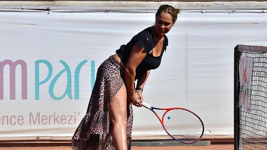 Hülya Avşar, tenis maçına derin yırtmaçlı etekle çıktı