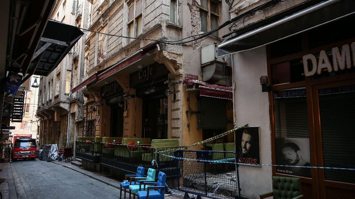 Beyoğlu'nda hasarlı binada çökme tehlikesi!