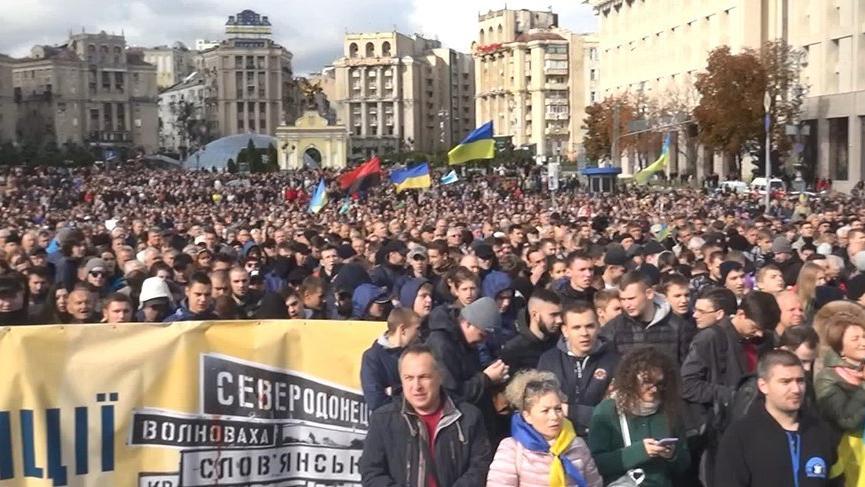 Ukrayna'da on binler Zelenski'yi protesto etti