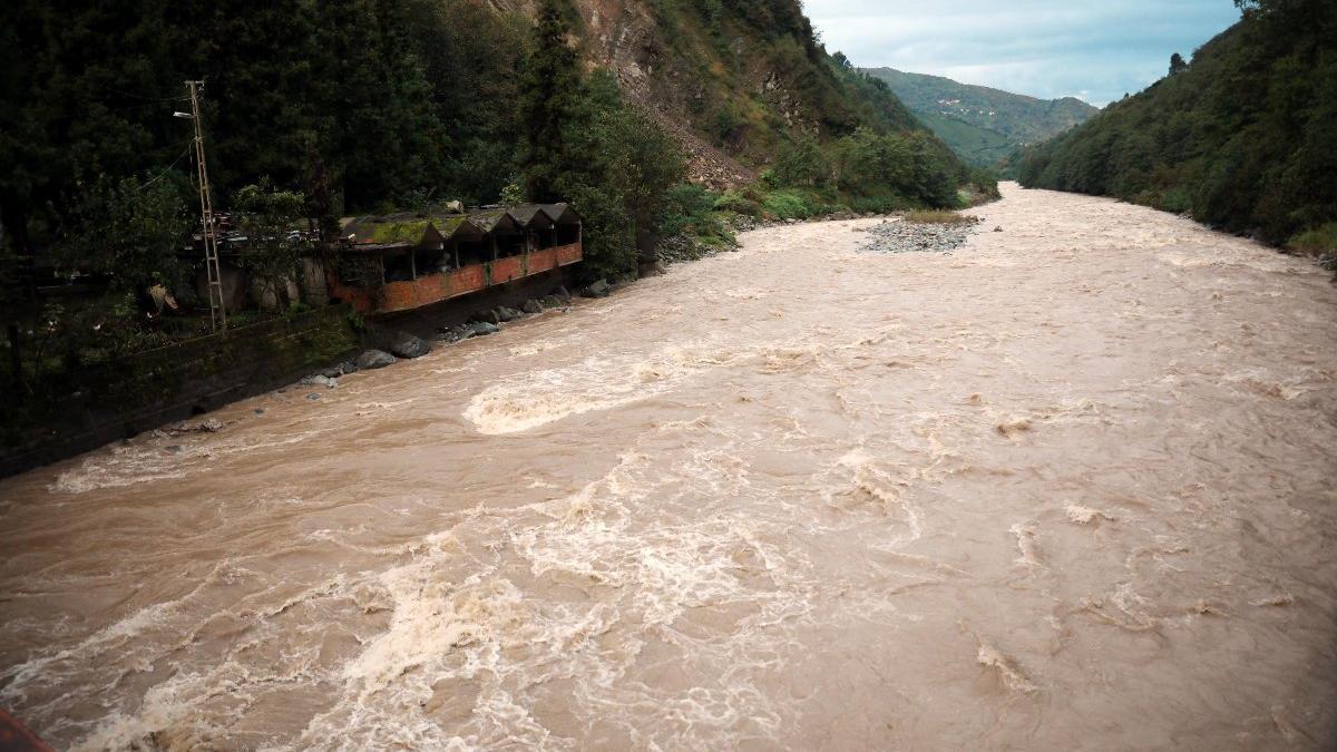 Rize'de sel ve heyelan; yollar kapandı, 2 ev boşaltıldı